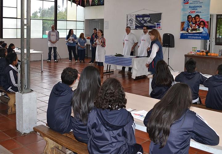 Chefs Israelíes cocinan con jóvenes de la Fundación Niños de los Andes