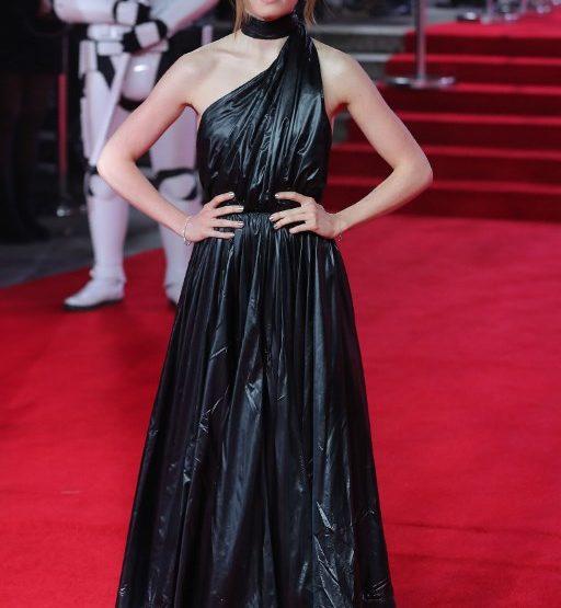 La actriz Daisy Ridley apuesta por un toque de los 90's en la premiere de 'Star Wars'