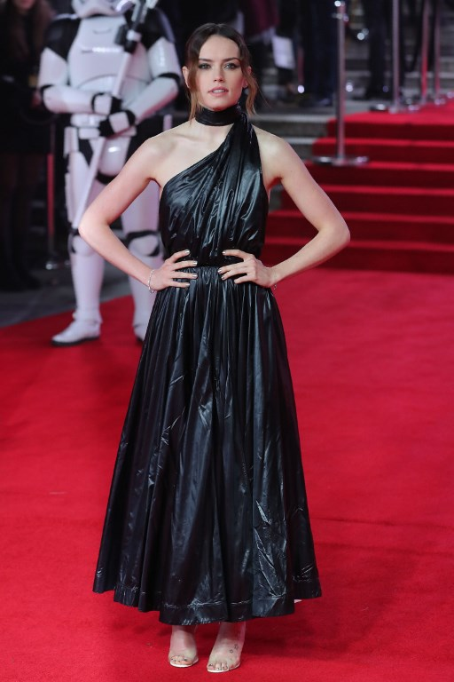 British actress Daisy Ridley poses on the red carpet for the European Premiere of Star Wars: The Last Jedi at the Royal Albert Hall in London on December 12, 2017. / AFP PHOTO / Daniel LEAL-OLIVAS